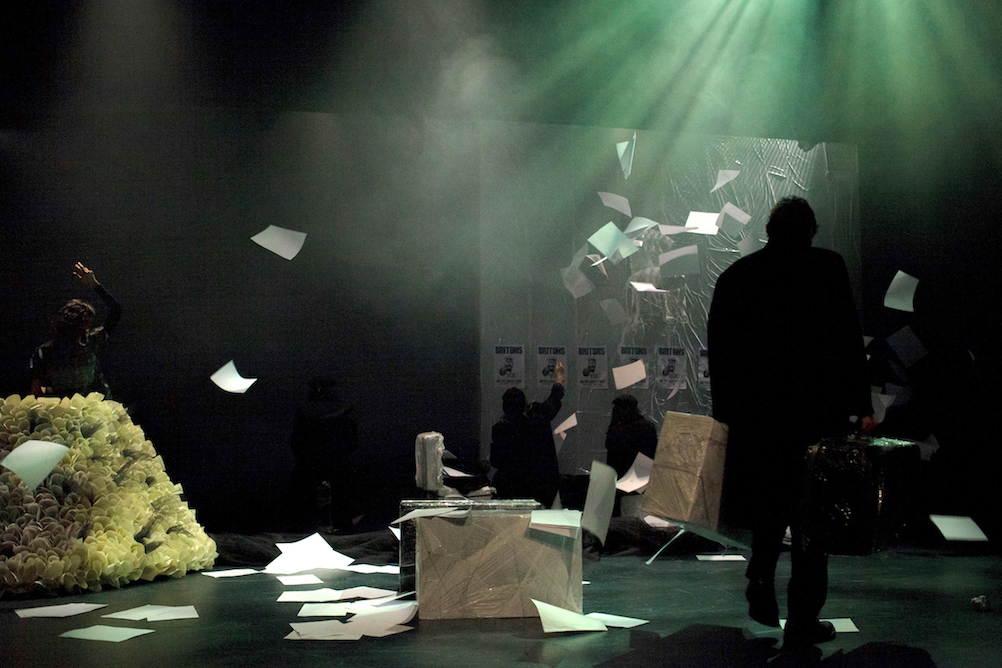 Κωνσταντίνος Μπούρας: Διαδικτυακή κριτική για το έργο «Αυτοί που περπατούν στα σύννεφα» του Γιάννη Σκαραγκά